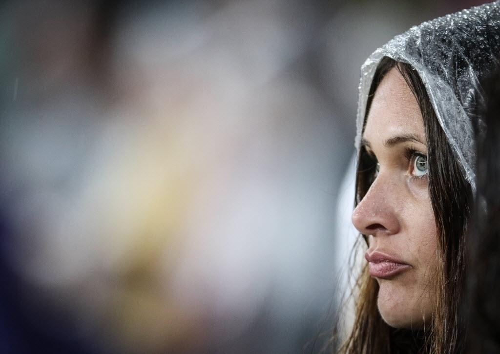 Vestindo capa de chuva, torcedora espera pelo início do amistoso entre Brasil e Honduras, em Porto Alegre, nesta quarta-feira (10)