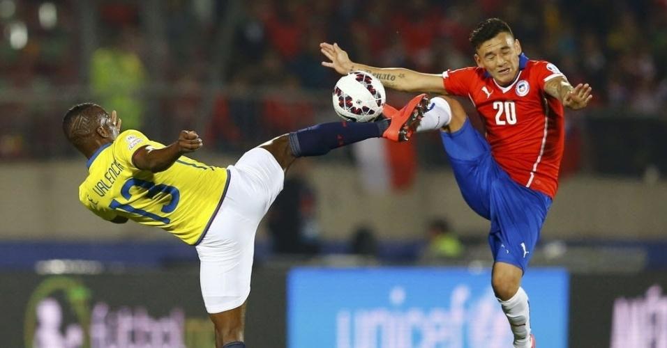 Charles Aranguiz em dividida perigosa com jogador equatoriano na abertura de Copa América no Chile