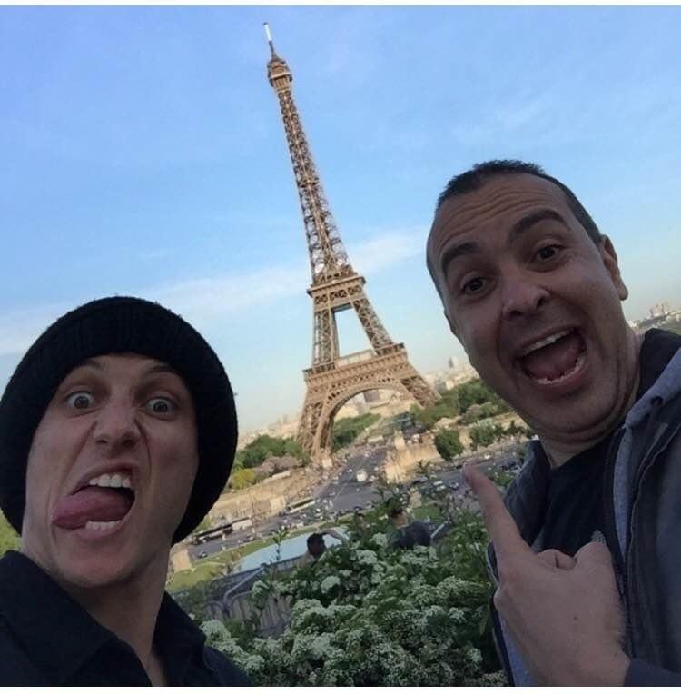 O pastor Nelson Junior e David Luiz fizeram careta em selfie com a Torre Eiffel de fundo