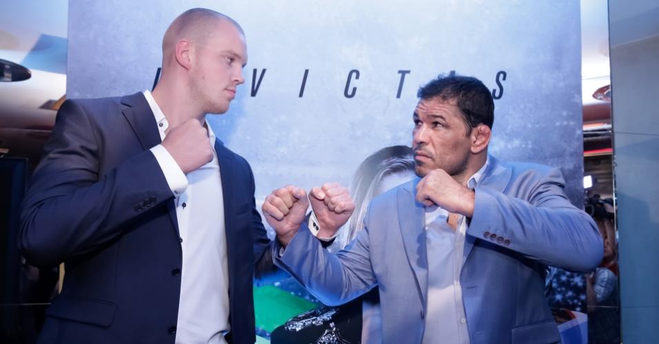 Stefan Struve (2,13 m) deixa Minotauro (1,90 m) parecendo baixinho na encarada para o UFC 190