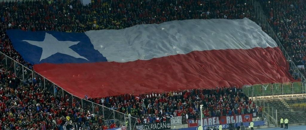 Torcedores chilenos estendem bandeirão da seleção da casa nas arquibancadas do Estádio Nacional