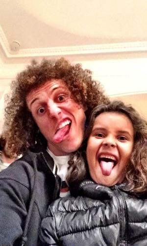 Um dos motivos das filhas de Nelson Junior gostarem de David Luiz são as caretas e aqui Ana Carolina de 8 anos imita o atleta