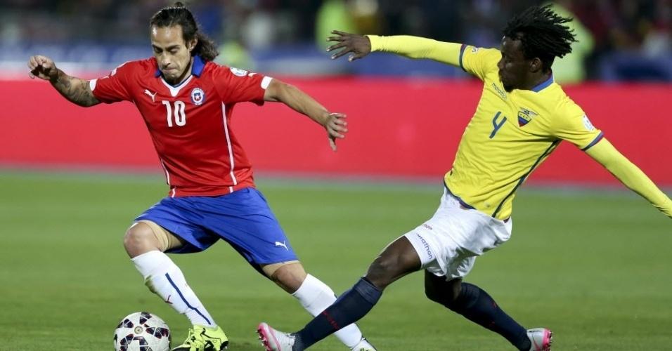 Valdivia dribla marcador do Equador no jogo de abertura da Copa América no Chile