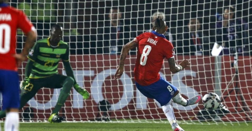 Vidal cobra pênalti com perfeição para abrir o placar para o Chile contra o Equador