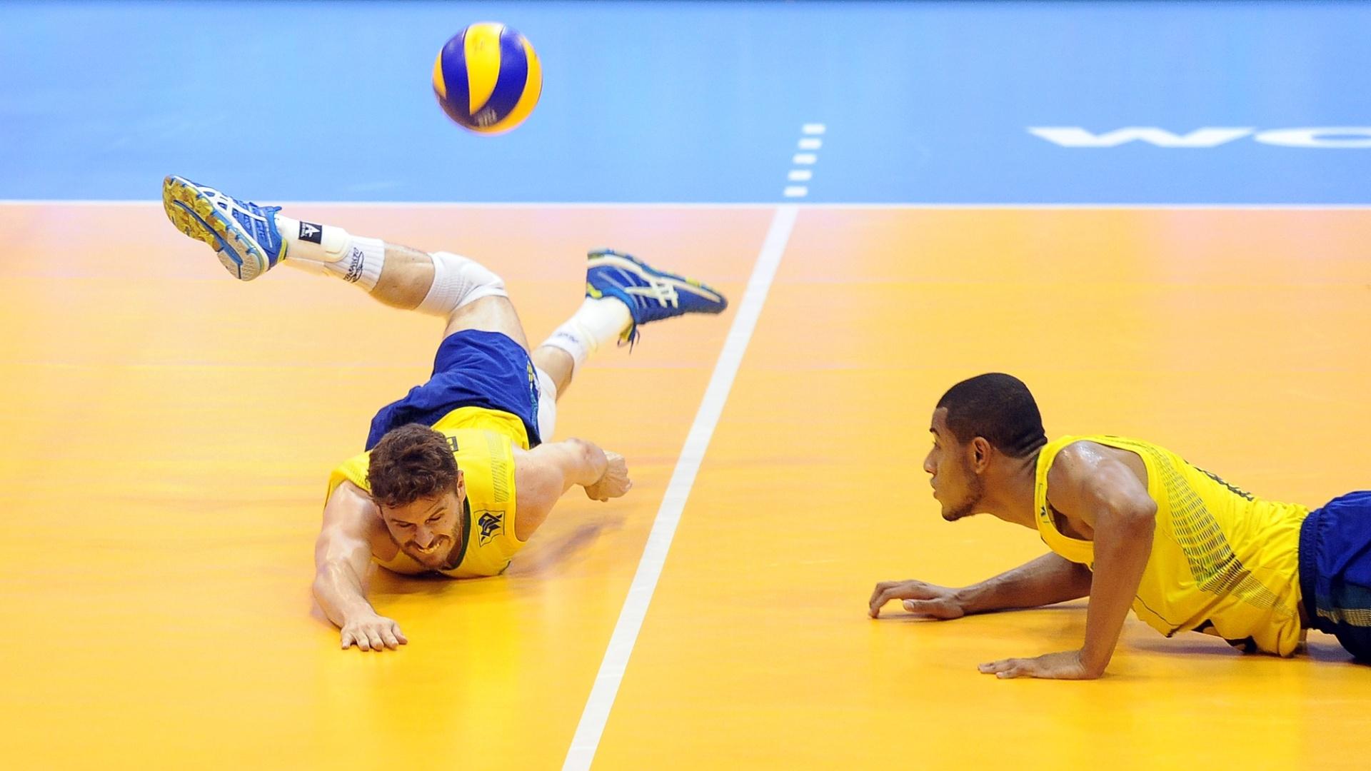 Bruninho mergulha para tentar evitar ponto da Sérvia, na Liga Mundial