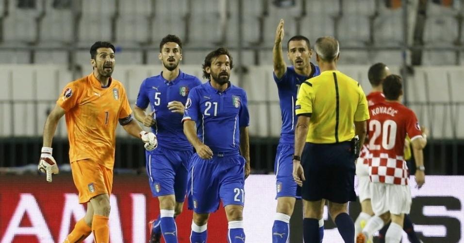 Jogadores da Itália reclamam após gol marcado pela Croácia nas Eliminatórias para a Eurocopa
