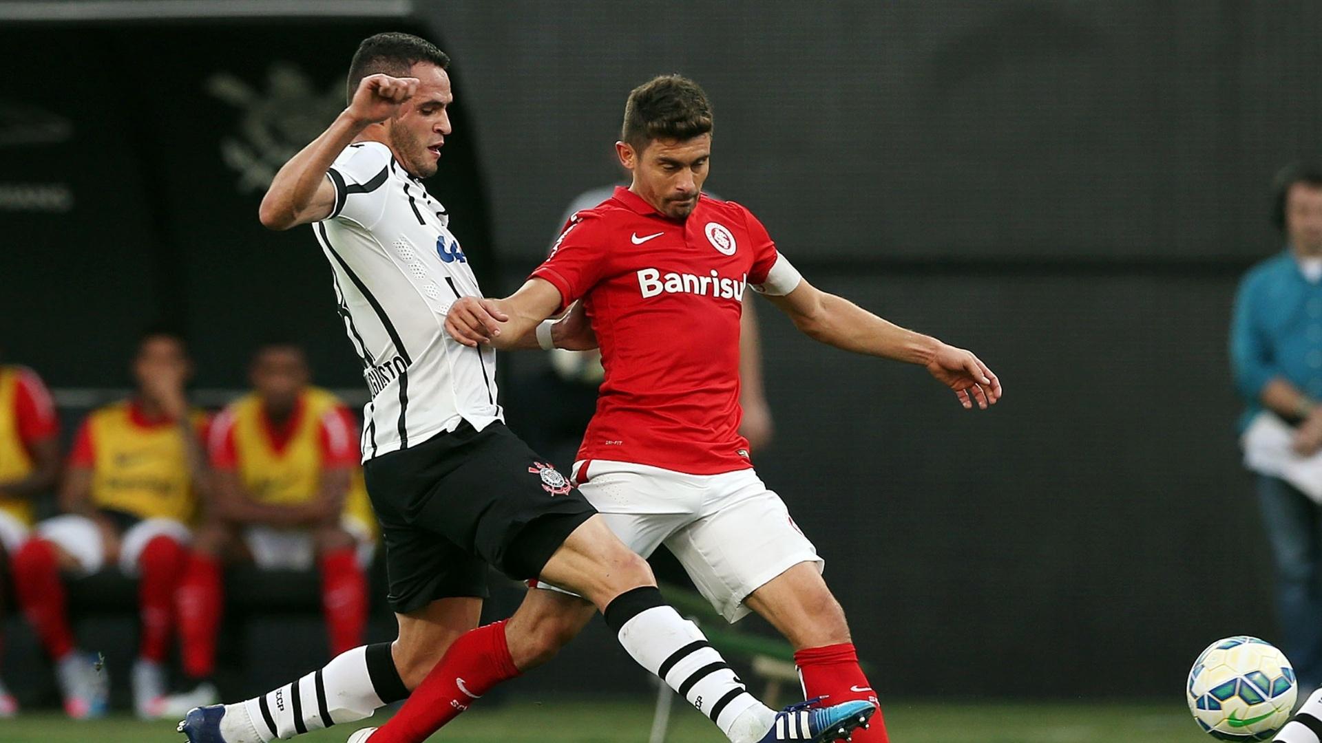 Alex disputa pela bola com Renato Augusto na partida entre Corinthians e Internacional na Arena Corinthians