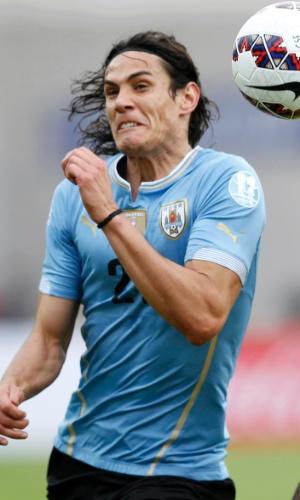 Cavani disputa bola de cabeça com Kemar Lawrence no duelo entre Uruguai e Jamaica pela Copa América (13/06)