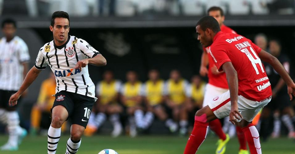 Jadson entfrenta a marcação de Ernando na partida entre Corinthians e Internacional na Arena Corinthians (13/06)