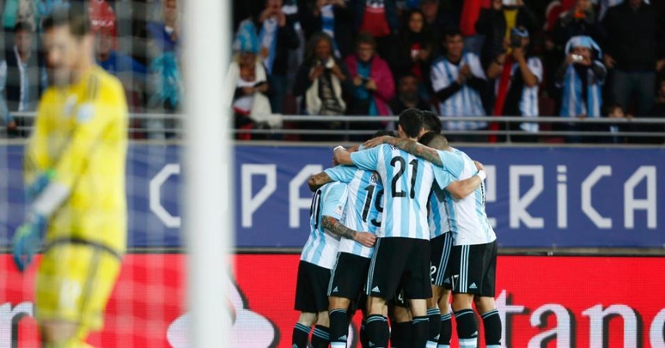 Jogadores da Argentina comemoram gol de Agüero na partida contra o Paraguai
