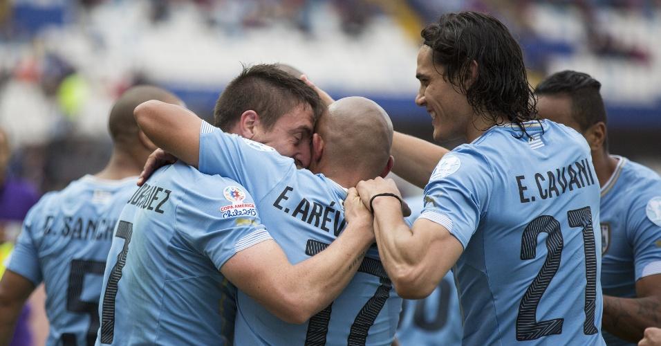 Jogadores do Uruguai comemoram gol de Cristian 'Cebolla' Rodríguez contra a Jamaica
