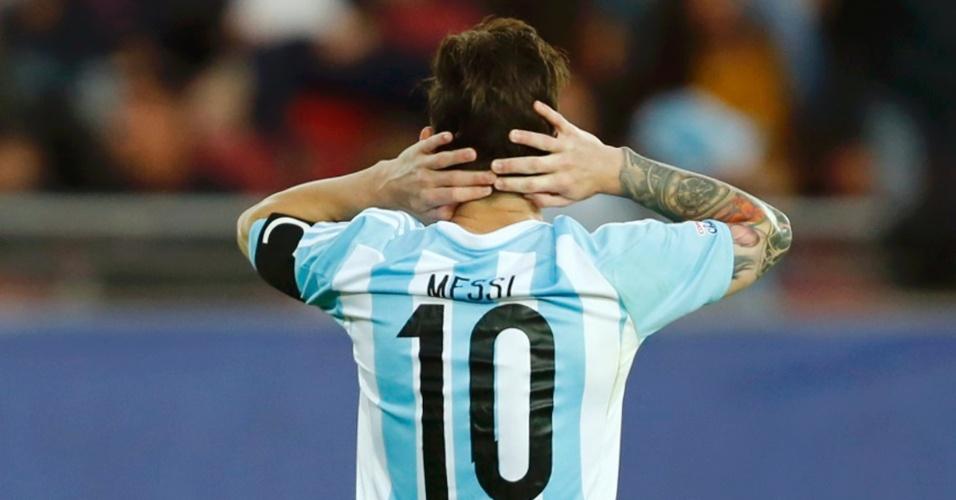 Messi leva as mãos à cabeça durante o jogo entre Argentina e Paraguai pelo Grupoe B