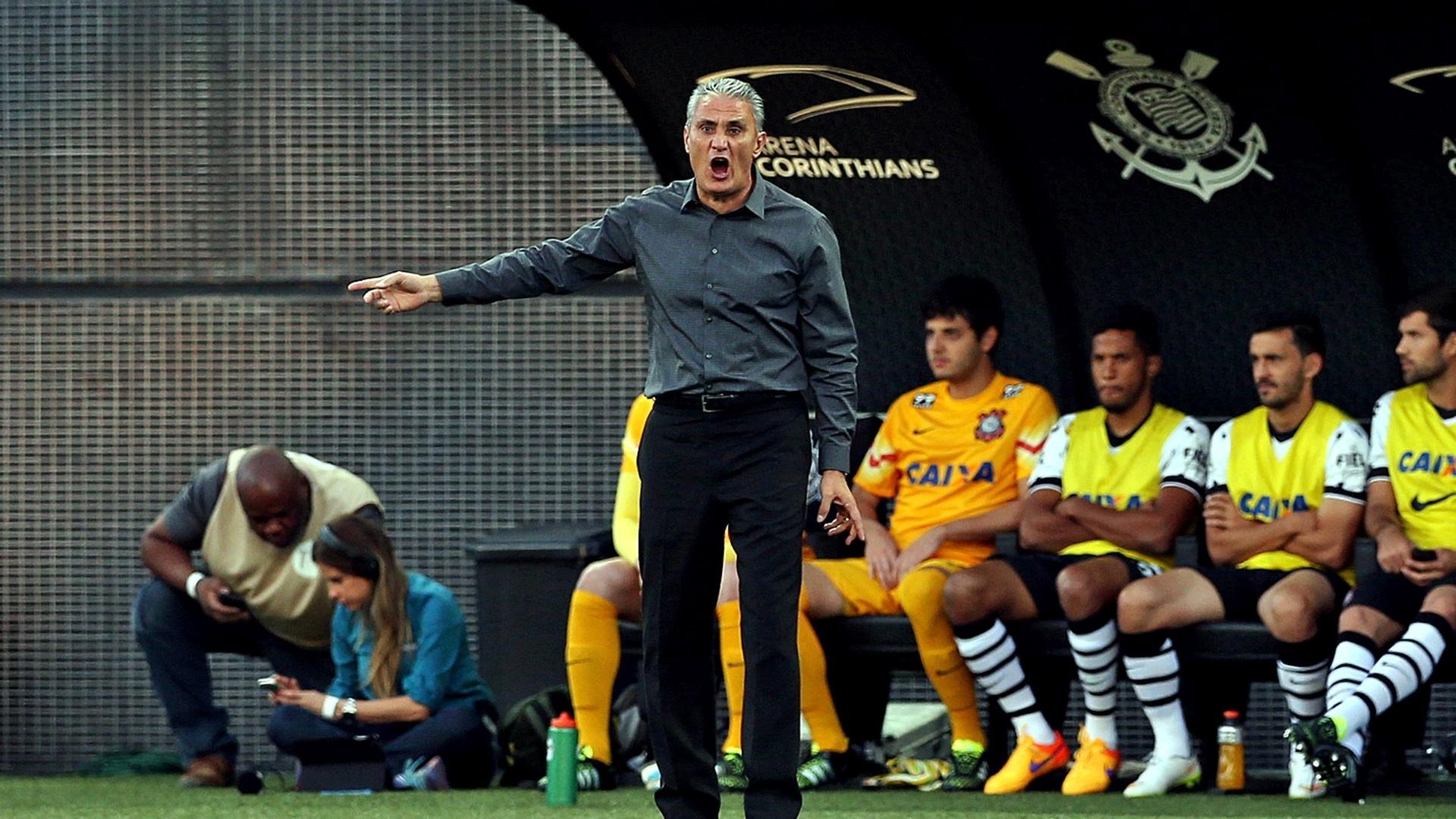 Tite orienta os jogadores do Corinthians na partida contra o Internacional