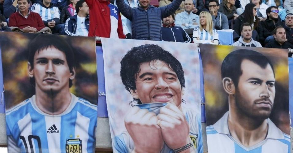 Torcedores da Argentina fazem homenagem a Maradona, Messi e Mascherano antes de jogo contra o Paraguai
