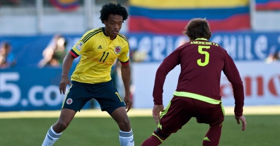 Cuadrado encara a marcação da Venezuela em partida da Colômbia na Copa América