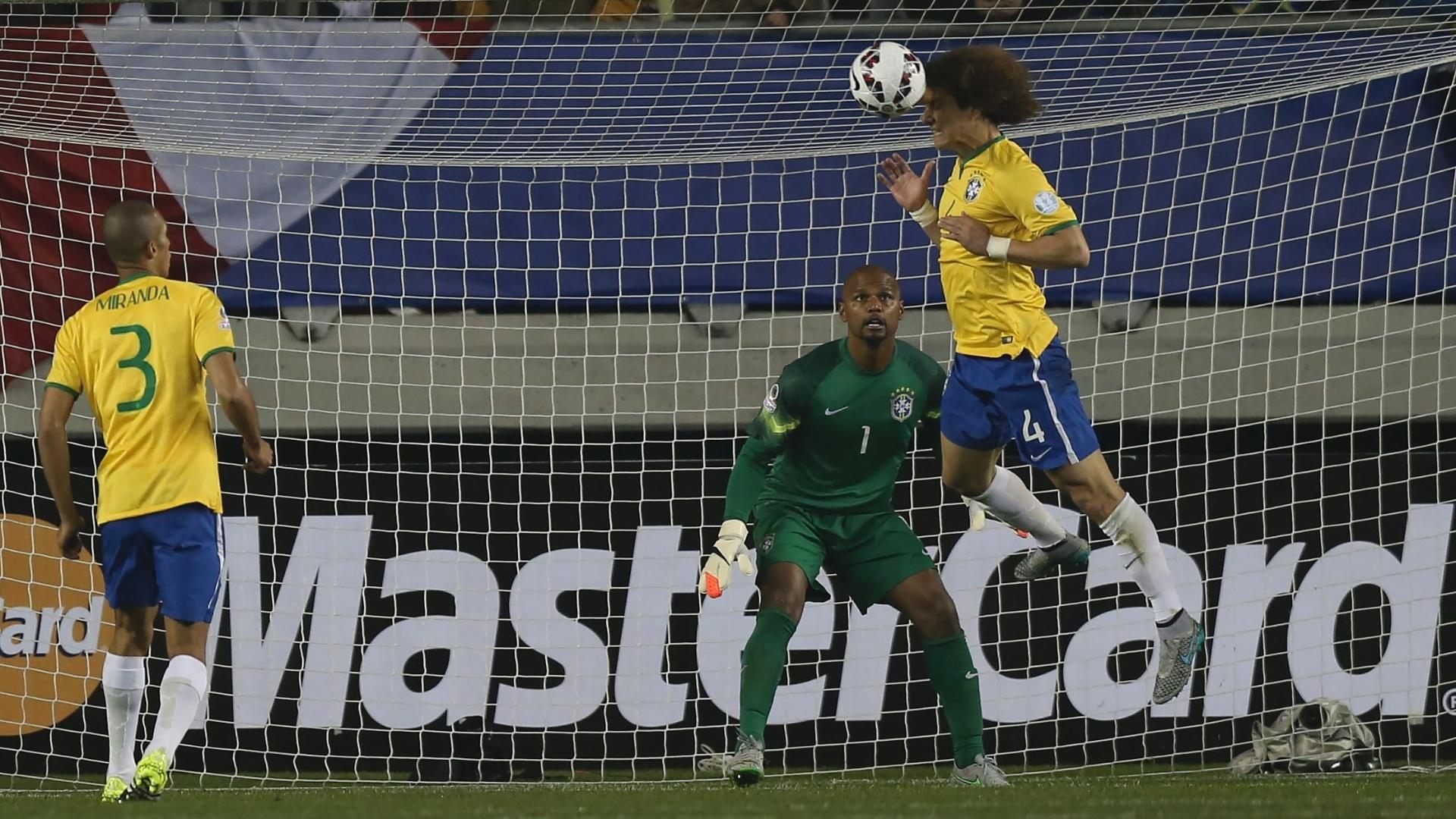 David Luiz afasta a bola de cabeça