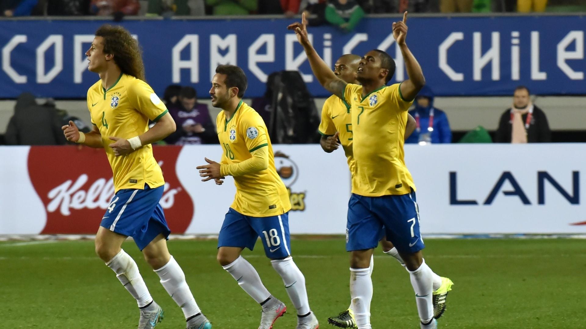 Douglas Costa comemora o gol da vitória do Brasil sobre o Peru