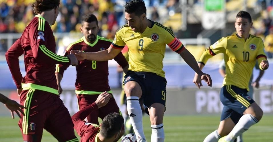 Falcao García encara a marcação da Venezuela em jogo da Colômbia na Copa América