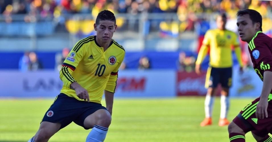James Rodríguez faz jogada pela Colômbia contra a Venezuela na Copa América