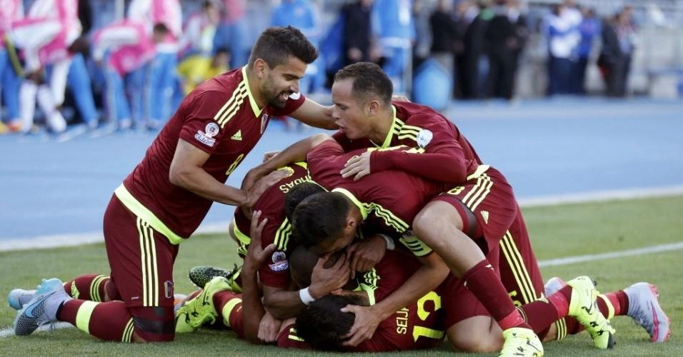 Jogadores da Venezuela comemoram gol contra a Colômbia na estreia da Copa América