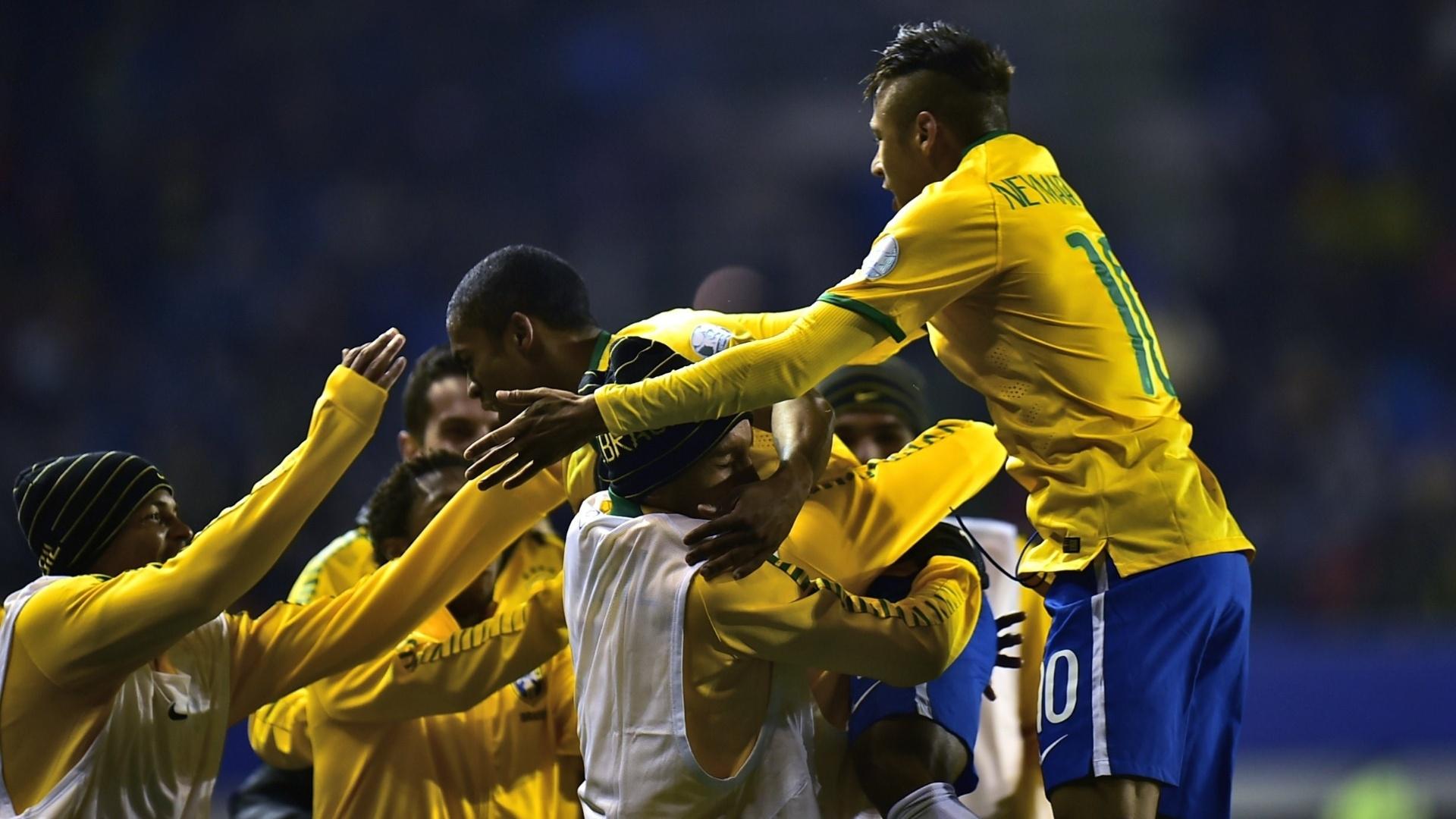 Jogadores do Brasil comemoram o gol de Douglas Costa