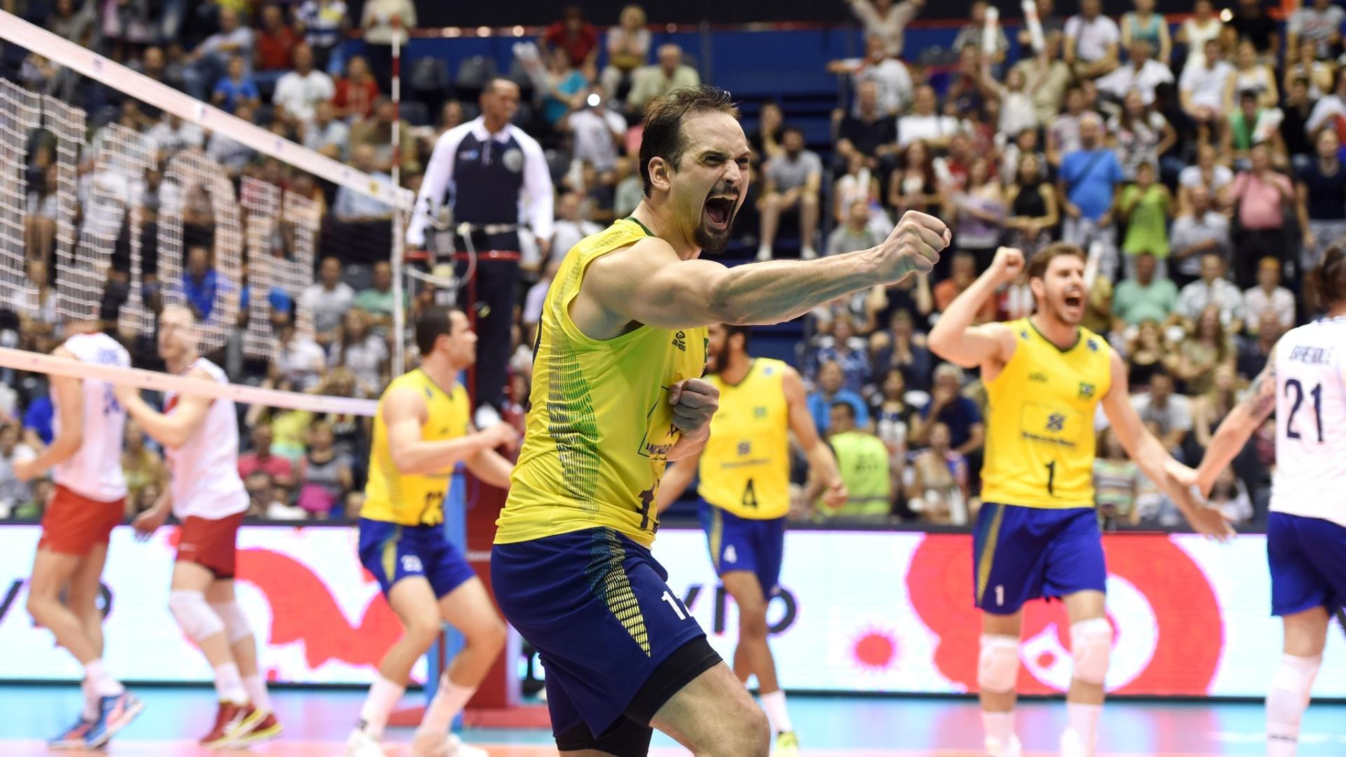 Jogadores do Brasil comemoram ponto na partida contra a Sérvia pela primeira fase da Liga Mundial