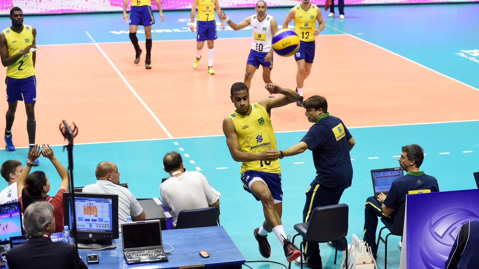 Lucarelli invade a área técnica para salvar a bola em ponto contra a Sérvia (14/06)