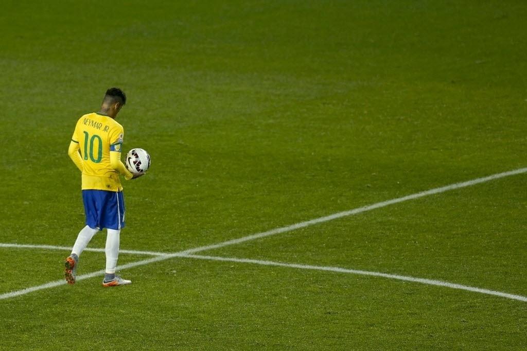 Neymar caminha com a bola durante a partida entre Brasil e Peru