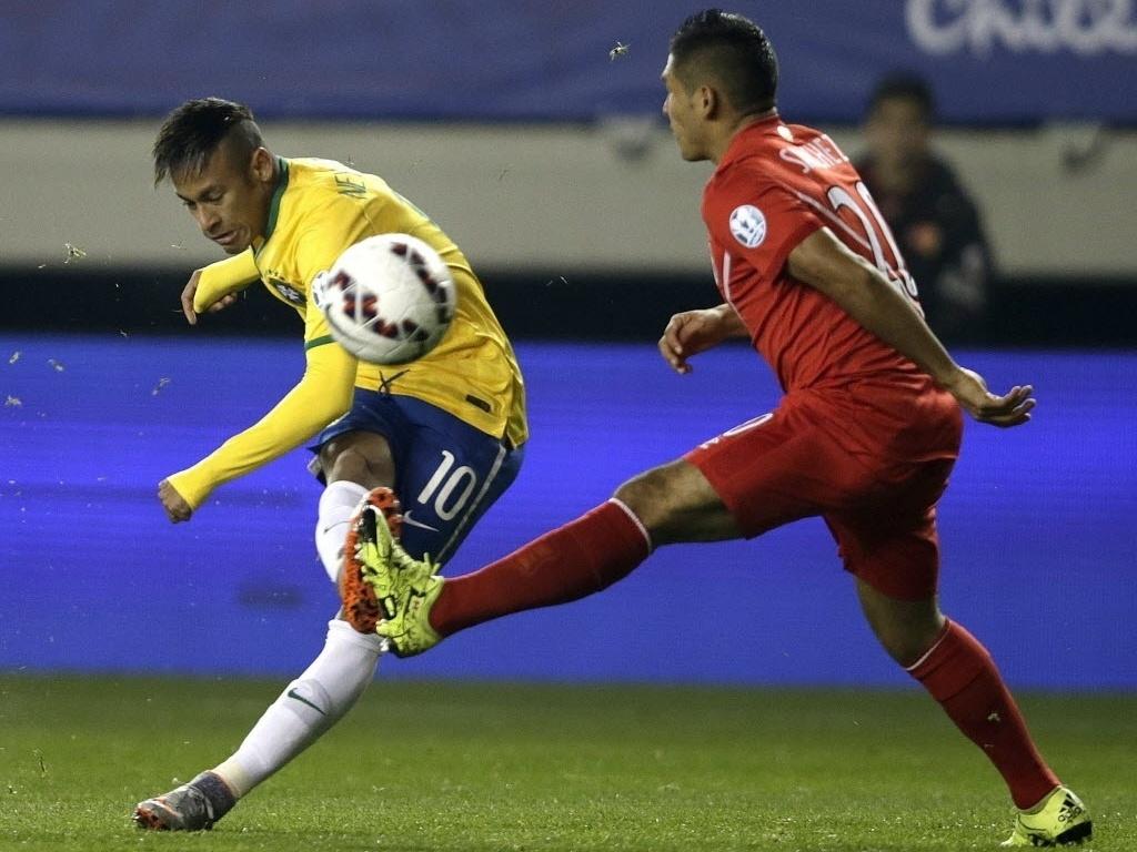 Neymar chuta e acerta a trave do Peru