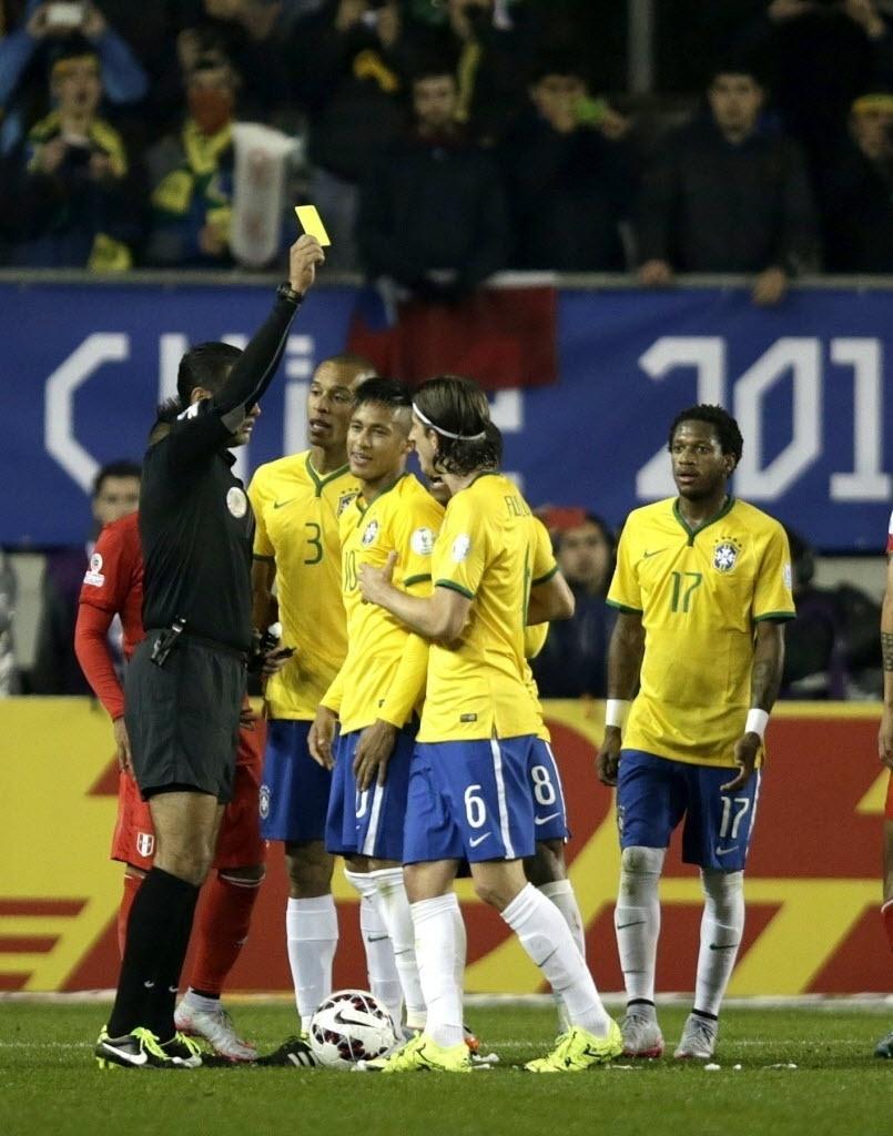 Neymar recebe cartão amarelo depois de retirar a espuma que o árbitro havia colocado no gramado para marcar o local da cobrança de falta