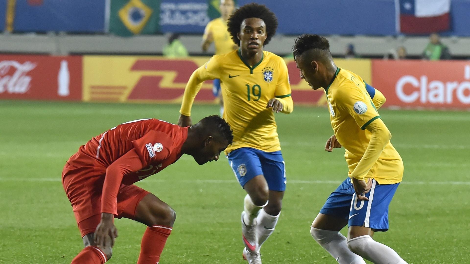 Neymar tenta o drible para cima de Carlos Ascues