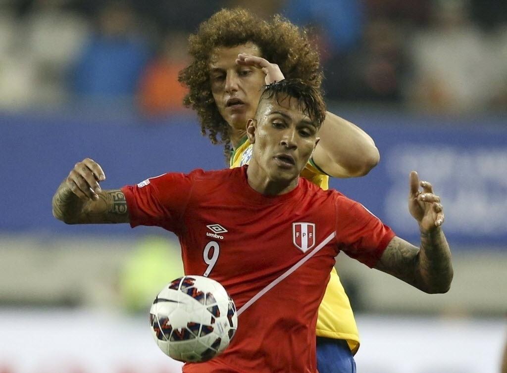 Paolo Guerrero domina a bola e é marcado por David Luiz