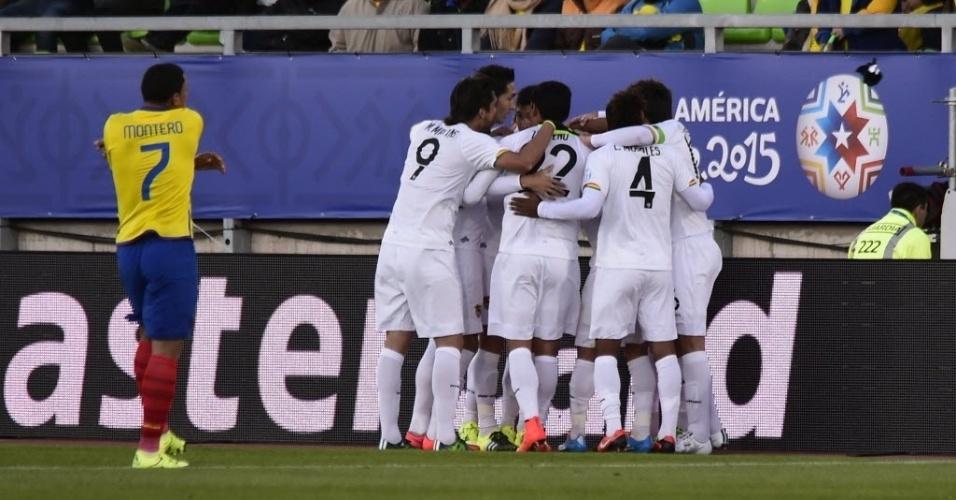 Jogadores da Bolívia festejam gol de Smedeberg, que ampliou o placar contra o Equador