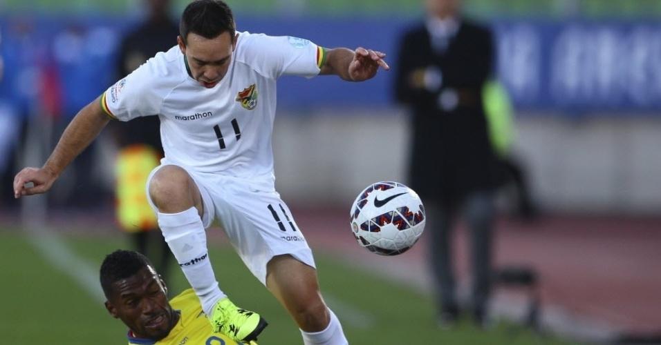 Jogadores de Bolívia e Equador em disputa de bola no jogo de abertura da segunda rodada da fase de grupos da Copa América