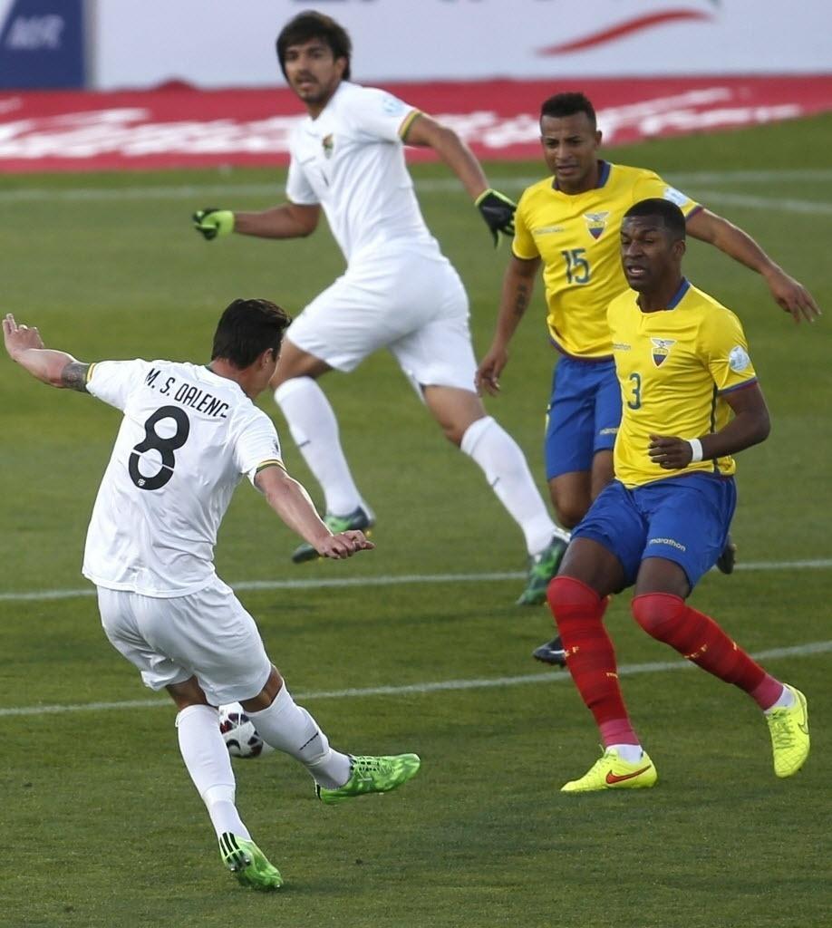 Smedeberg chuta de fora da área para fazer 2 a 0 para a Bolívia contra o Equador