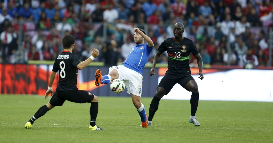 Bertolacci e Moutinho brigam pela bola durante o amistoso entre Itália e Portugal