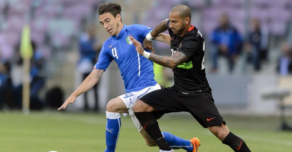Darmian e Quaresma disputam a bola durante amistoso entre Itália e Portugal
