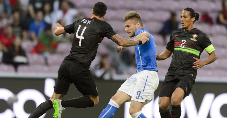 Immobile tenta o chute par ao gol de Portugal