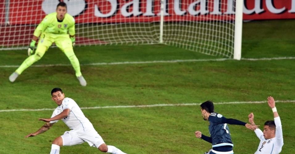 Javier Pastore finaliza de esquerda no jogo entre Argentina e Uruguai