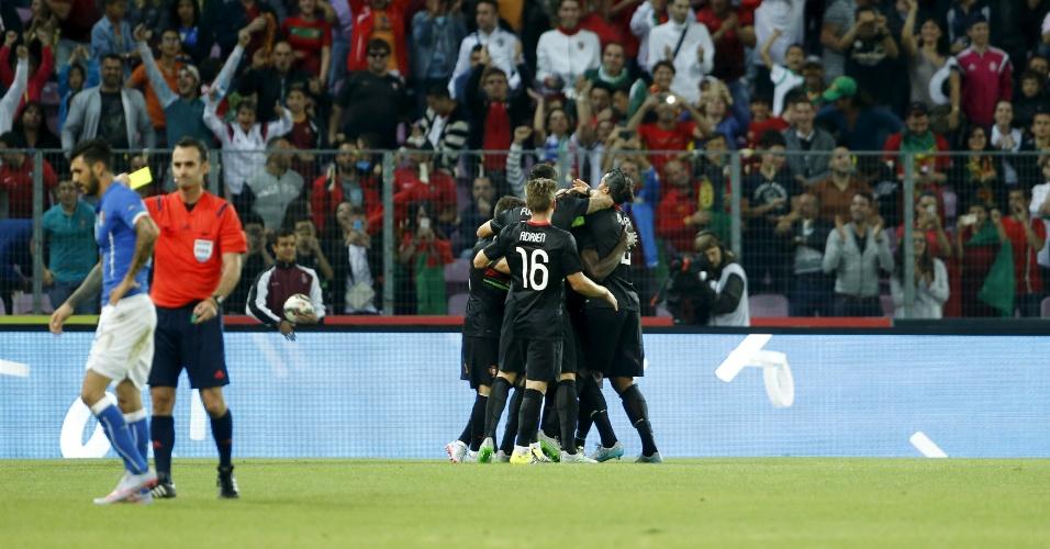 Jogadores de Portugal comemoram o gol contra a Itália