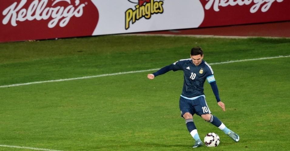 Lionel Messi cobra falta no clássico entre Argentina e Uruguai