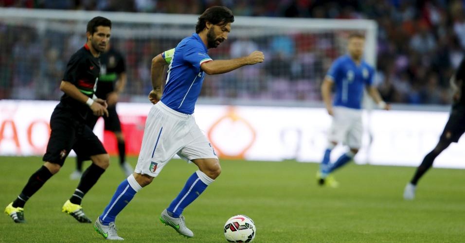 Meia Pirlo conduz a bola durante amistoso entre Itália e Portugal