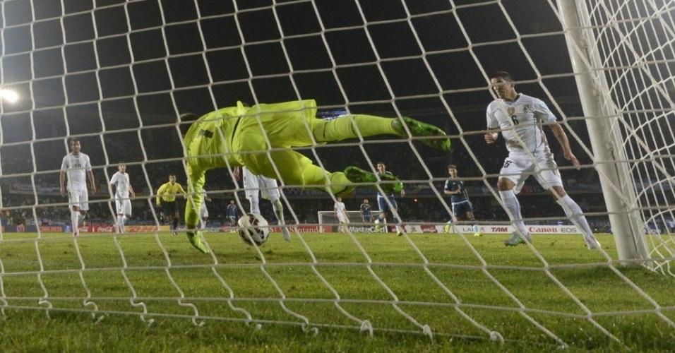 Muslera, goleiro do Uruguai, faz grande defesa após cabeçada de Aguero, atacante da Argentina