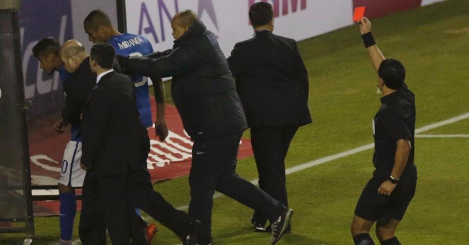 Enrique Osses apresenta cartão vermelho para Neymar após confusão