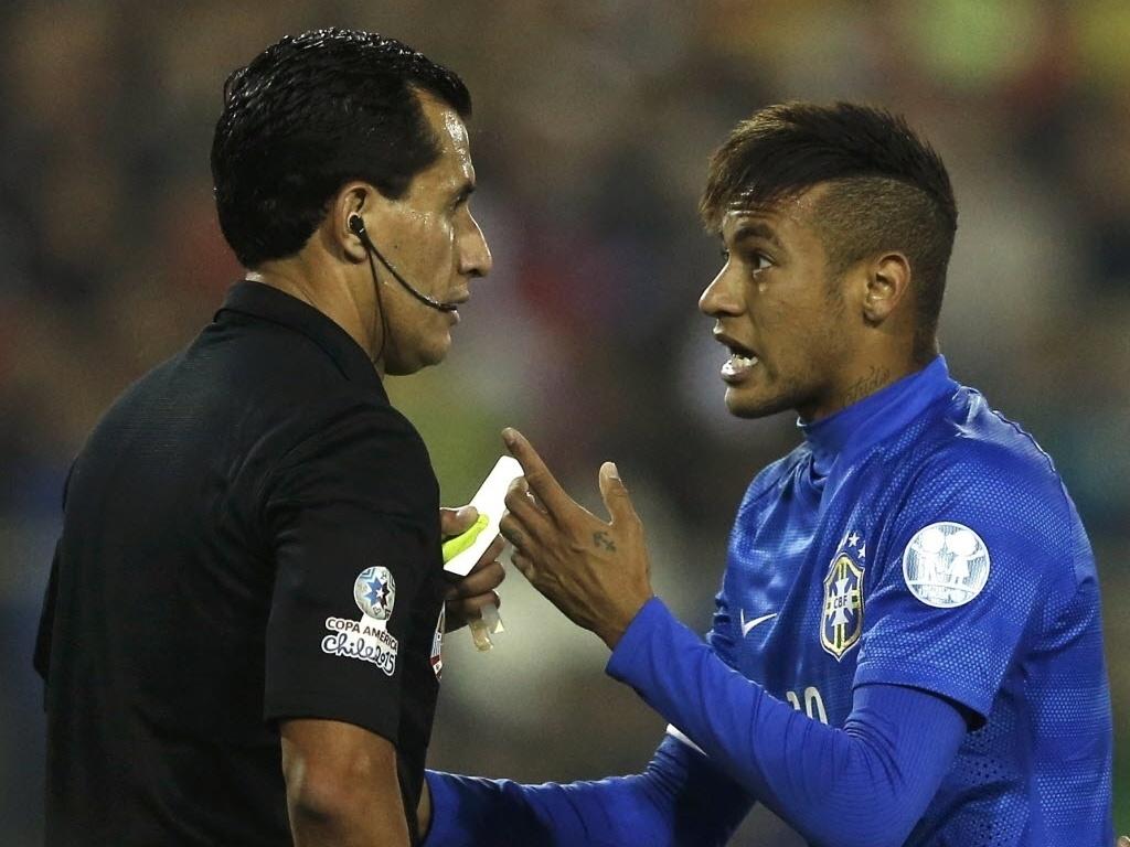 Neymar argumenta com juiz após receber cartão amarelo, seu segundo na Copa América, que lhe tira da partida contra a Venezuela