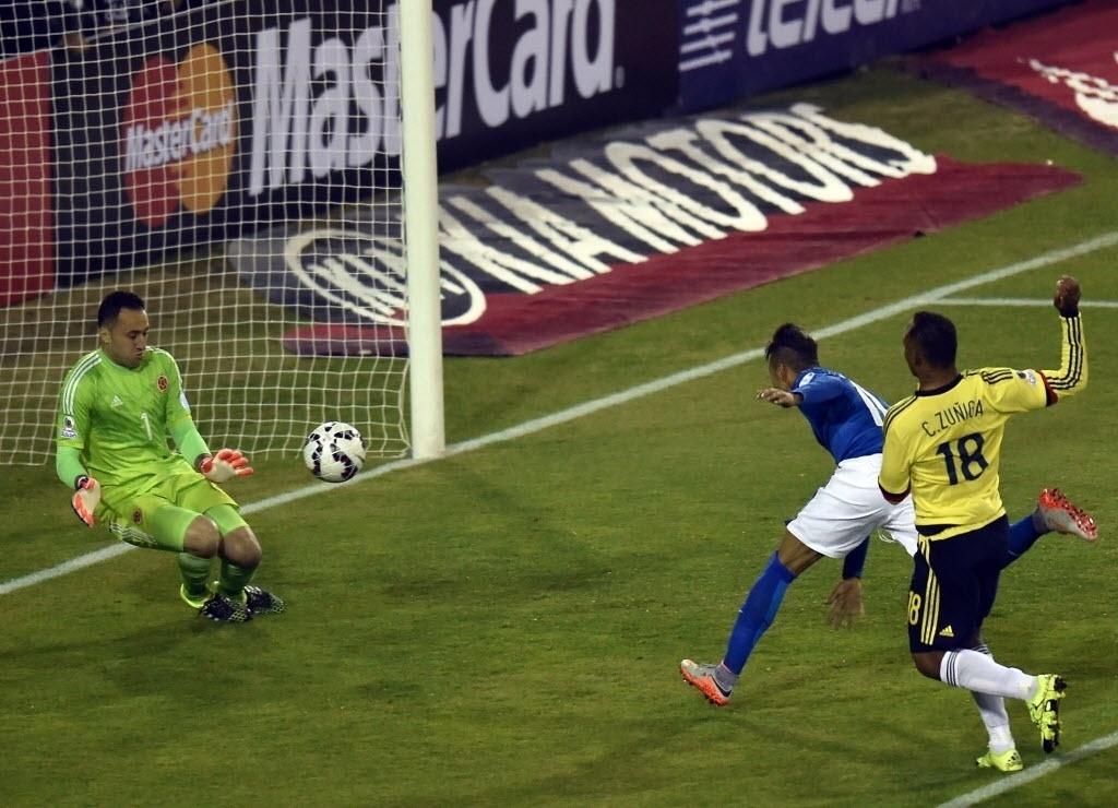 Neymar cabeceia para grande defesa de Ospina no jogo entre Colômbia e Brasil pela segunda rodada da fase de grupos da Copa América