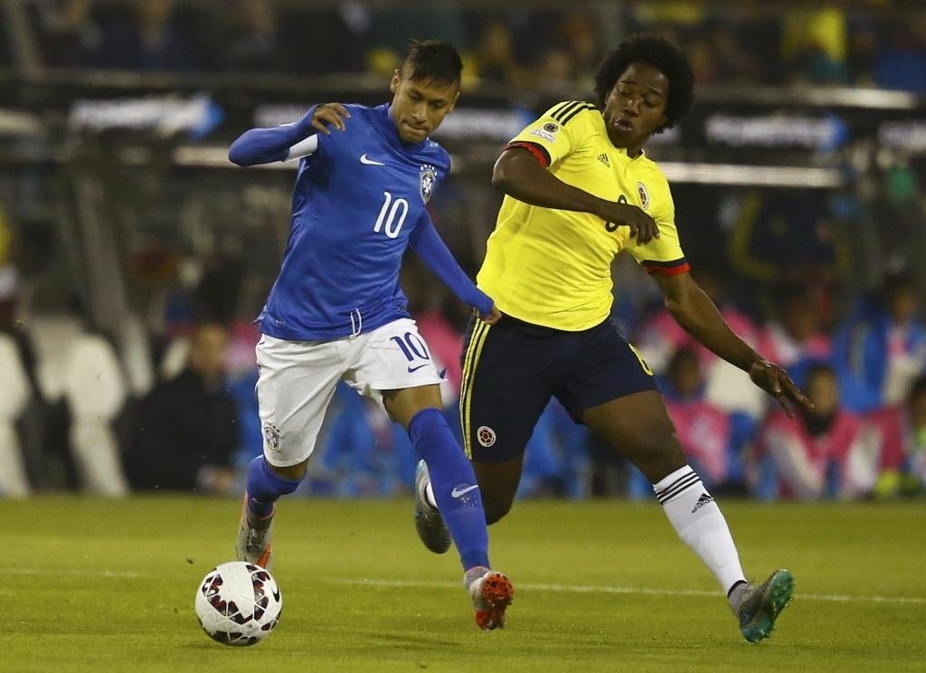 Neymar conduz bola no jogo entre Brasil x Colômbia