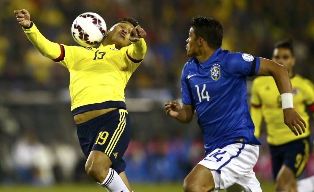 O zagueiro Thiago Silva acompanha de perto o atacante Teófilo Gutierrez durante Brasil x Colômbia