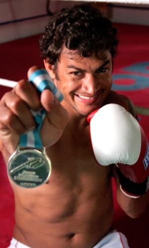 Popó exibe medalha de prata conquistada nos Jogos Pan-Americanos de Mar del Plata, em 1995