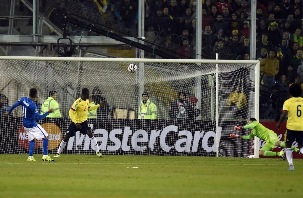Roberto Firmino chuta por cima do travessão e perde gol incrível com goleiro Ospina já batido